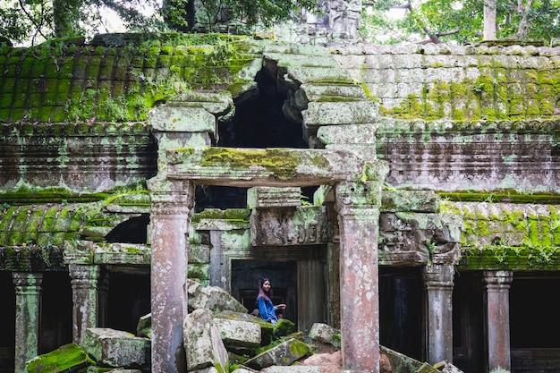 Turista en amazing temple ancient bayon castle, angkor thom, siem reap, camboya
