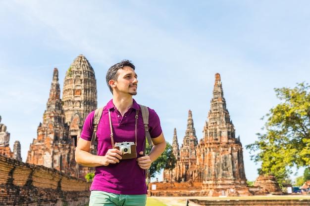 Turista en ayutthaya, tailandia, en el parque histórico con ruinas