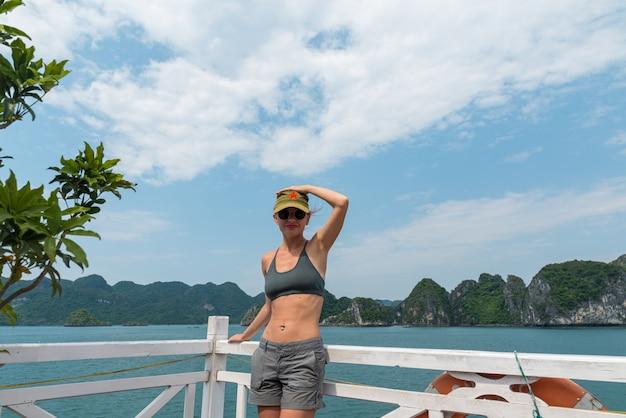 Turista en la bahía de halong