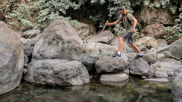 Turista camina sobre la piedra
