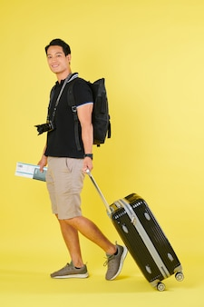 Turista caminando con maleta