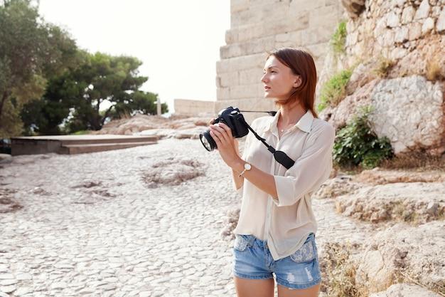 El turista cerca de la acrópolis de atenas grecia