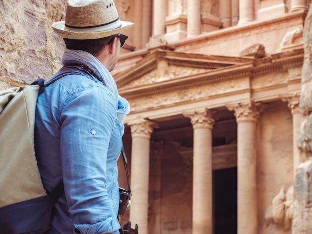 Turista en una ciudad de petra en jordania