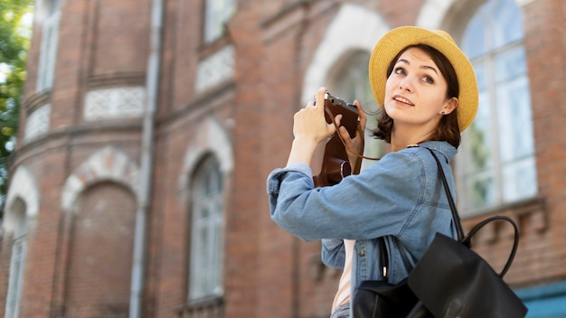 Turista disfrutando de tomar fotos en vacaciones