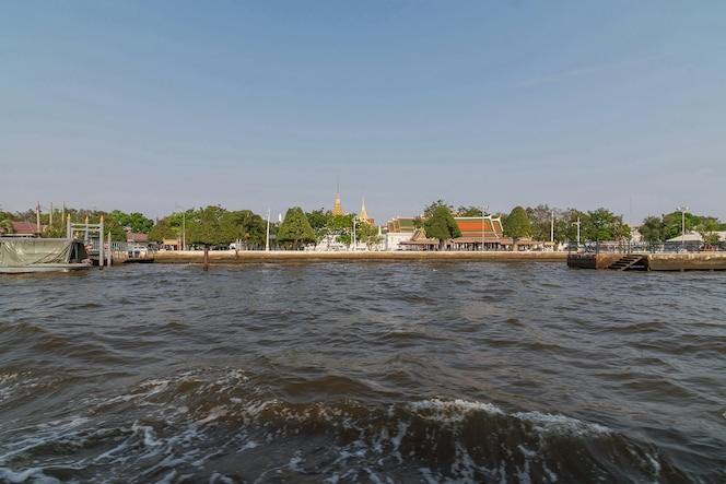 Turista el popular viaje en barco por el río chao phraya