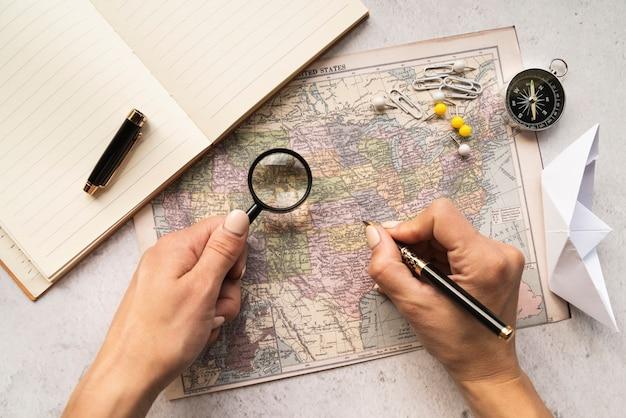 Turista eligiendo un lugar para visitar en el mapa.