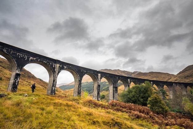 Turista en escocia debajo del puente