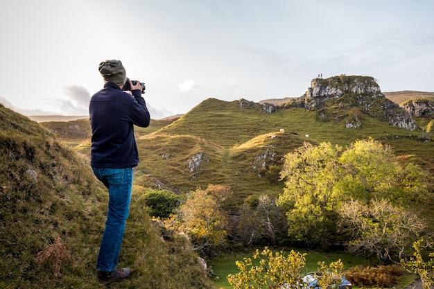 Turista en escocia tomando una foto