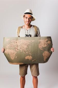 Turista estilo hipster sujetando mapa