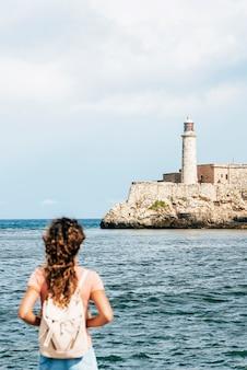 Turista hermosa mujer disfrutando de las vacaciones en cuba. concepto de turismo.