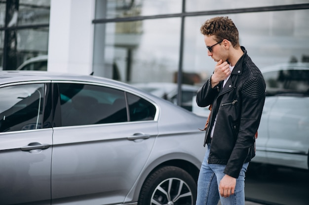 Turista hermoso del hombre que compra un coche