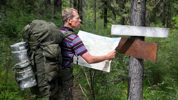 Turista con un mapa cerca de los punteros