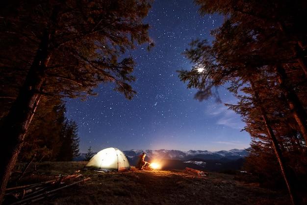 Turista masculino descansar en el campamento.