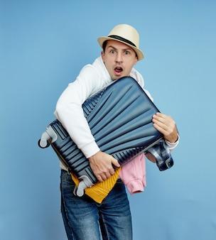 Turista masculino con una maleta en sus manos
