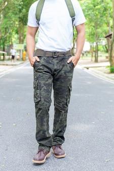 Turista masculino en el parque. concepto de turismo y viajes, pantalones de carga.