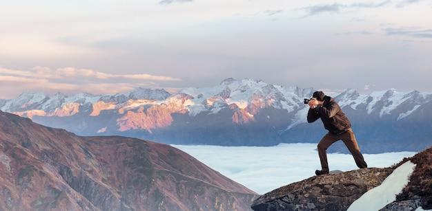 Turista mira el paisaje. hermoso atardecer. montes de cárpatos