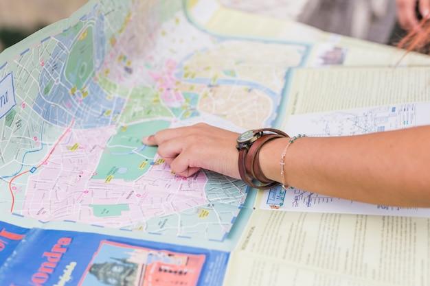 Turista mirando a mapa