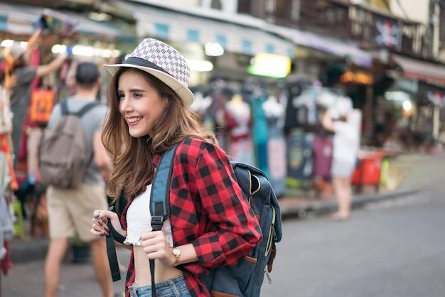 Turista de la mujer que camina en la calle, estilo de la moda del verano, viaje a bangkok tailandia