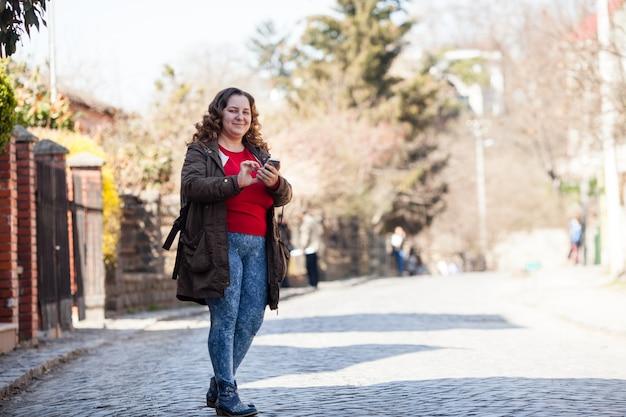 Turista de mujer está utilizando la ubicación del mapa en el teléfono inteligente