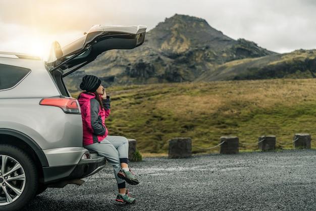 Turista mujer viajando en coche suv