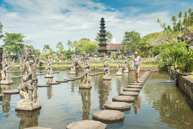 Turista en el palacio de agua de tirtagangga