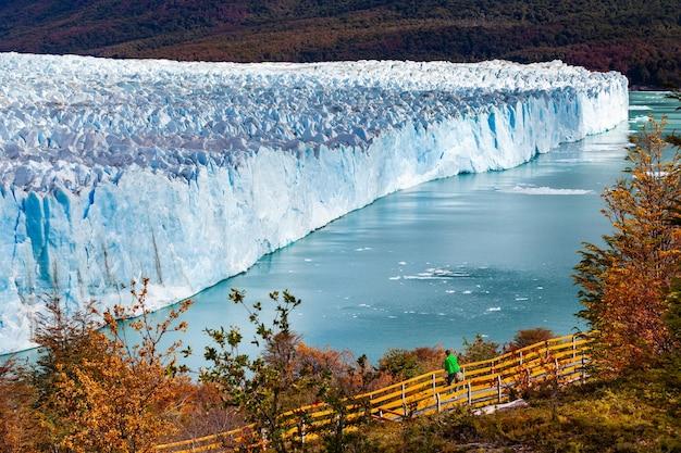 Turista en el parque glaciar perito moreno paisaje otoñal