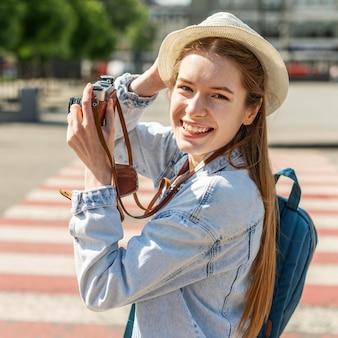 Turista de pie en el cruce de tiro medio