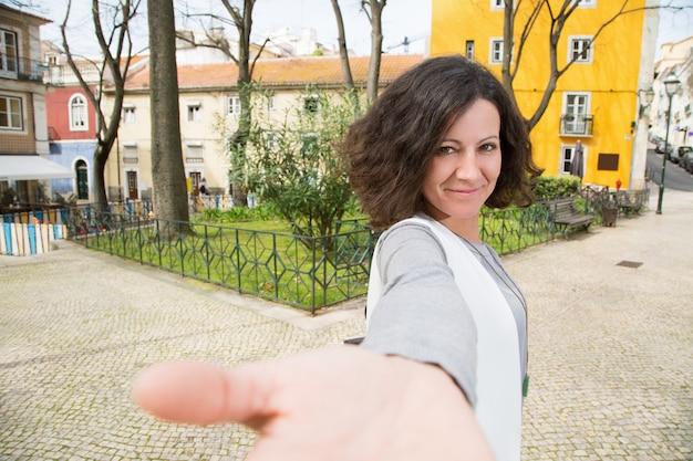 Turista positivo caminando por la ciudad vieja