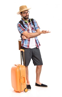 Turista presentando algo