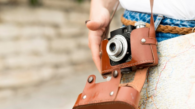 Turista de primer plano con cámara de fotos
