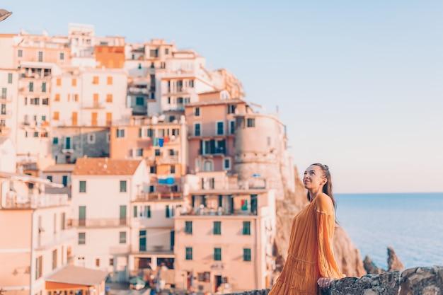 Turista que mira la vista escénica de manarola, cinque terre, liguria, italia