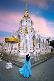 Turista que visita en wat khua khrae en chiang rai, tailandia