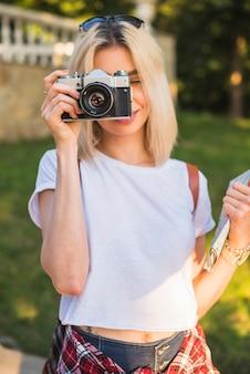 Turista rubia con cámara