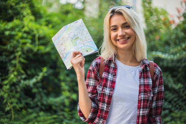 Turista rubia con mapa