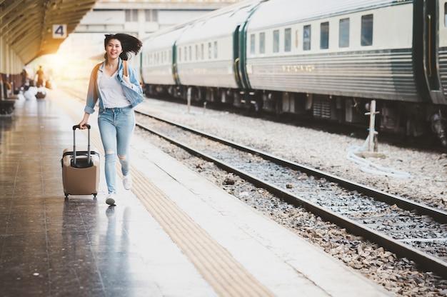 Turista viajero mujer corriendo con equipaje