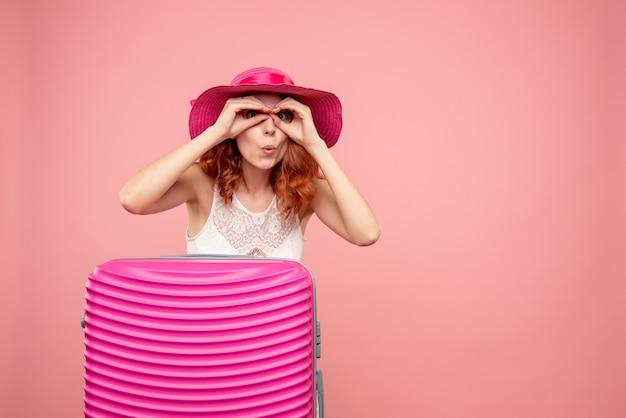 Turista de vista frontal con bolsa rosa