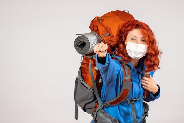Turista de vista frontal en máscara con mochila