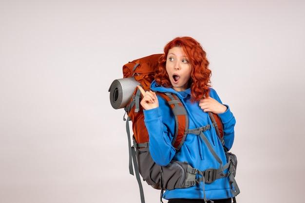 Turista de vista frontal en viaje de montaña con mochila