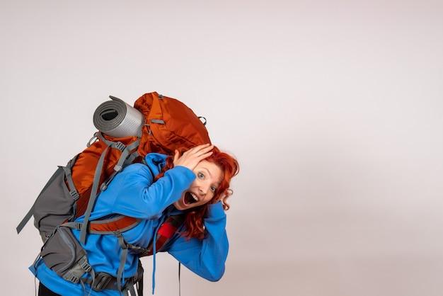 Turista de vista frontal en viaje de montaña