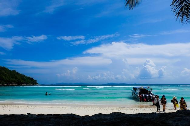 Turista y la vista de la playa con lancha rápida para excursión de un día a la isla de koh racha yai en phuket, tailandia
