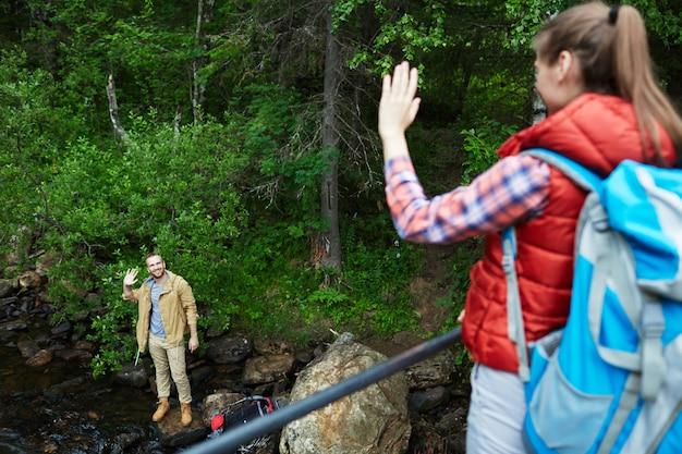Turistas agitando las manos