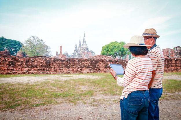 Turistas asiáticos, hombres y mujeres mayores visitan las ruinas de ayutthaya tailandia