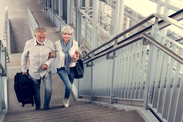 Turistas de pareja mayor que viajan ciudad
