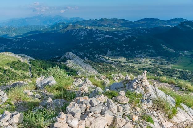 Los turistas dejaron las pirámides de piedra mientras viajaban a través de altas montañas.