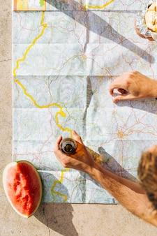 Turistas encontrando camino en mapa de papel
