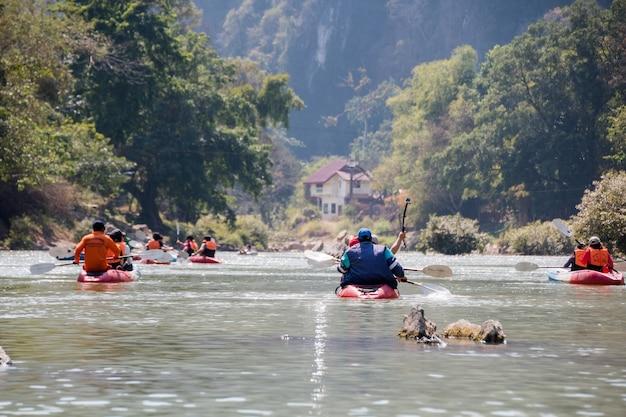 Los turistas están remando en kayak en song river, vangviang, laos