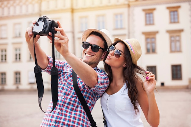 Turistas felices tomando fotos de sí mismos