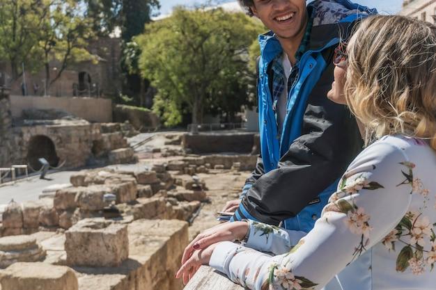 Turistas en frente de monumento romano