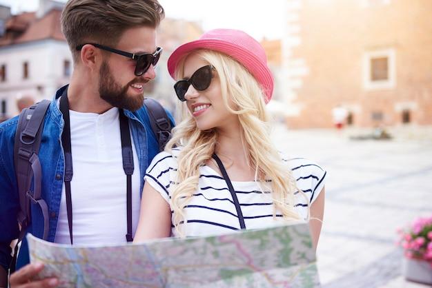 Turistas jóvenes en la ciudad