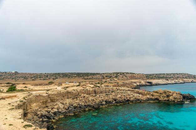 Los turistas llegaron en automóvil a la laguna azul para nadar.